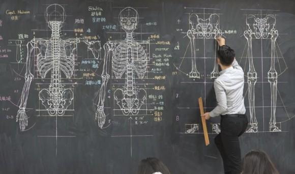 これは黒板消しで消せないやつ。台湾の美術教師が黒板に描く人体解剖図がすごい!