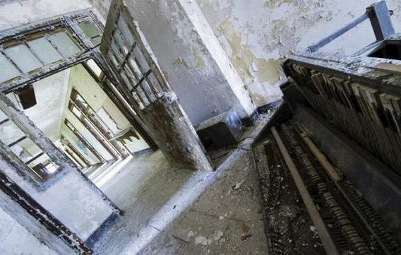 news_inside_abandoned_insane_asylum_04