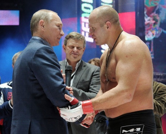 エメリヤーエンコ・ヒョードルと握手するプーチン大統領