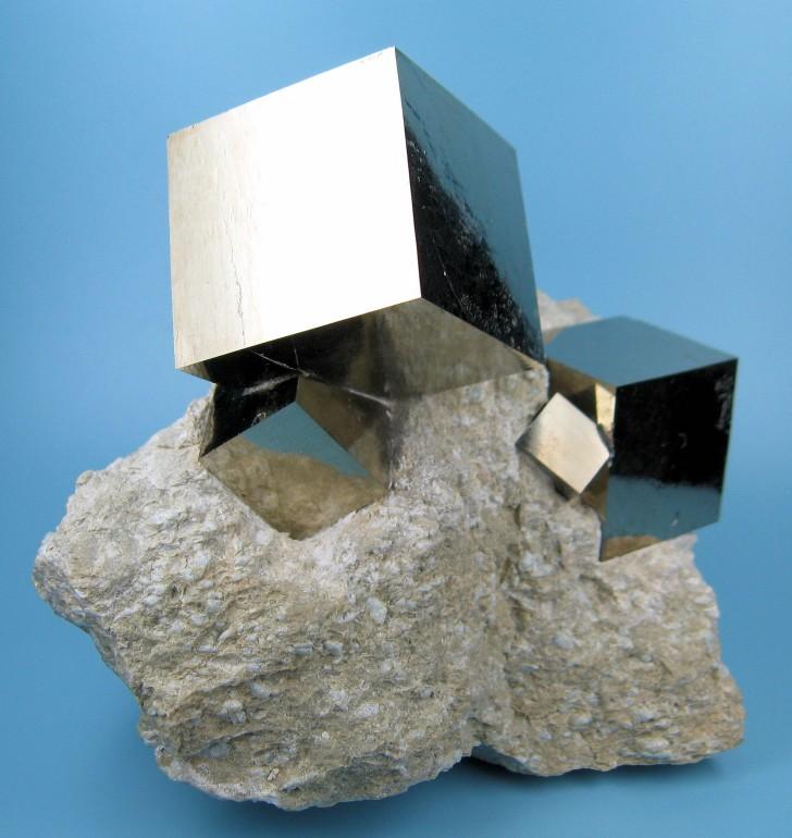 自然が生み出した天然のキューブ。果てしなく直線に近い黄鉄鉱の立方体