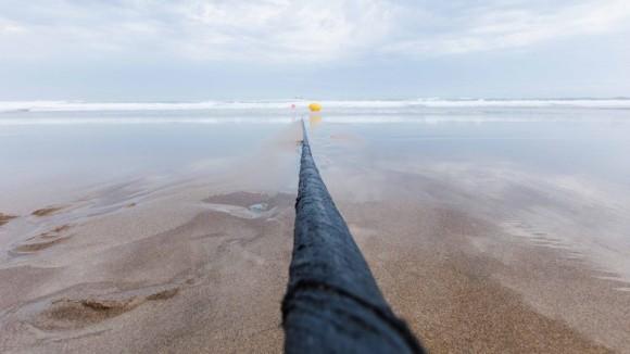 4600トンの海底ケーブルがネット通信速度の新記録を樹立