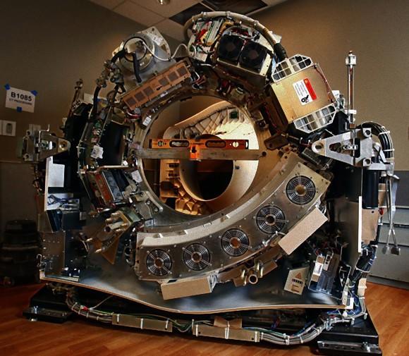 なにこれ凄い!最新型CTスキャナーのカバーをはずすと?で、回転させると・・・