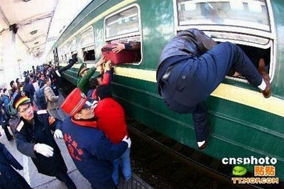 crowded_train_stations_in_china_18