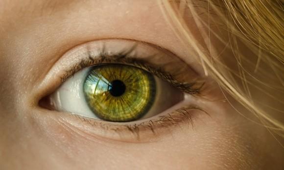 乱視の人は夜の世界がこんな風に見えている。車のライトの見え方を比較した画像が海外で話題に