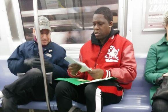 息子に算数を教えるため地下鉄車内で勉強していた父親。隣に座った元教師が愛の手を差し伸べる(アメリカ)