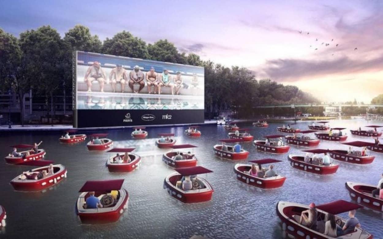 ボートで映画鑑賞