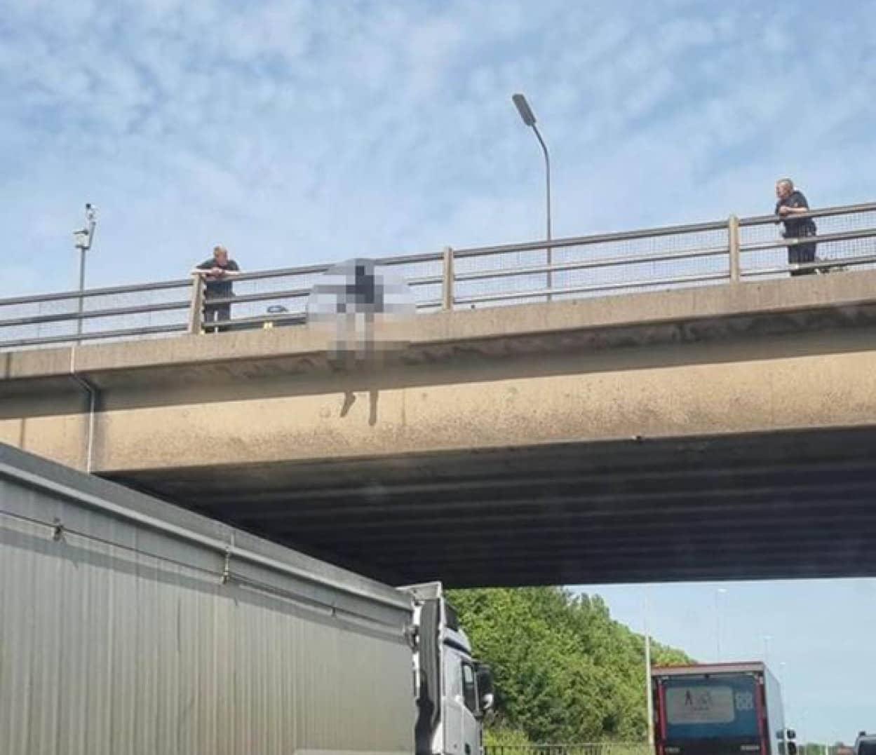 飛び降り自殺をしようとした人を救った見知らぬトラックの運転手