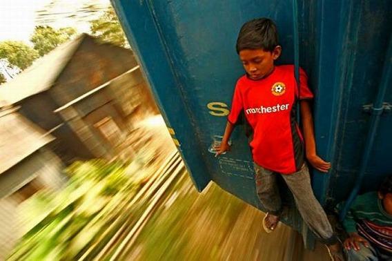 harrowing_bangladesh_train_hopping_images_09