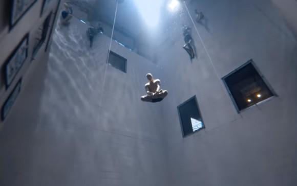 座禅を組みながら息継ぎなしで水中33メートルの世界に瞑想潜水していくフリーダイバー