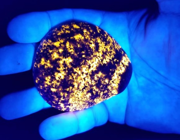 紫外線で光る!発光する新種の鉱物「ユーパーライト」がアメリカで発見される