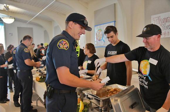 被災者と消防士の胃袋を救うため、一流シェフがタッグを組んだ。無償のおいしい料理を提供(アメリカ)