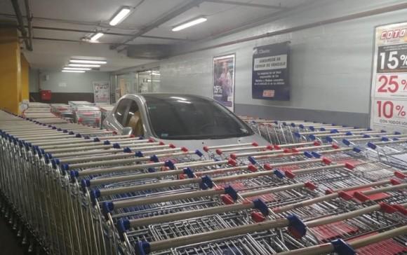 ショッピングカート置き場に駐車した迷惑ドライバーに従業員が報復。カートで車を完全包囲網(アルゼンチン)