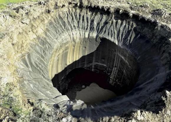 いったいなぜ?シベリアで発見された謎の巨大クレーター(ロシア)