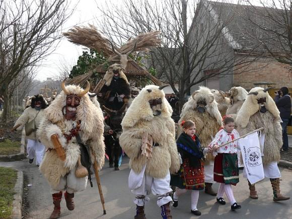 ハンガリー伝統の祭り、着ぐるみモンスターで街中をパレードする「ブショーヤーラーシュ」