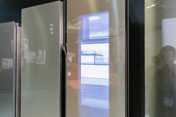 近づくと中身が透けて見える!シースルーな冷蔵庫が2016年販売予定