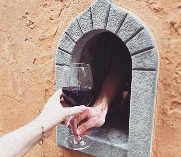 ペスト流行時に設置された「ワインの窓」が復活