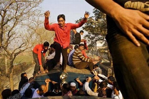 harrowing_bangladesh_train_hopping_images_11