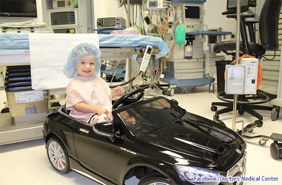 手術を迎える子供たちの気持ちを和らげるため。電動ミニカーを運転して手術室に行けるサービスを開始(アメリカ)