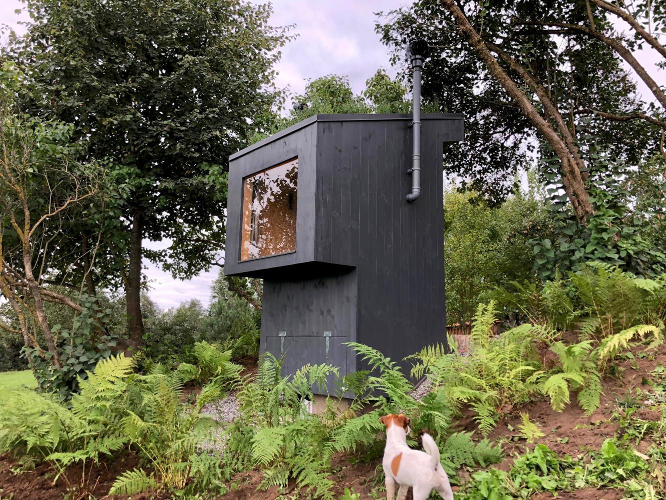 人間の排泄物が堆肥になるシステムが搭載された小さな家のようなトイレ(ラトビア)