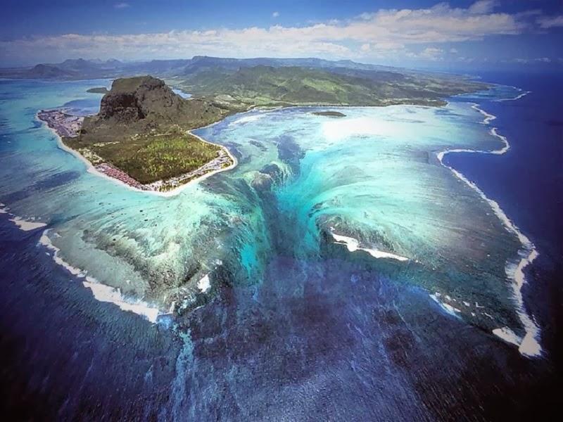 海に流れ落ちる「幻の滝」が出現?一度は行きたい絶景スポット、モーリシャス島の美しい景色に隠された謎