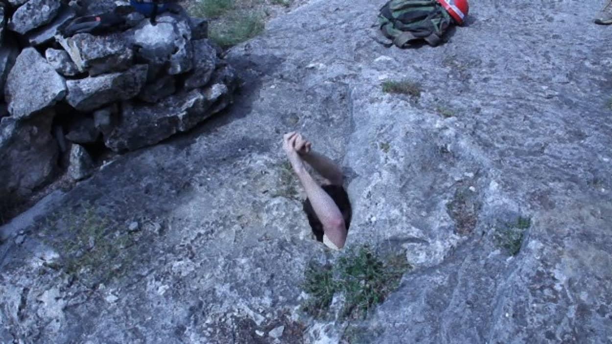 入り口が超狭い洞窟「ディープ・ケイブ」は閉所恐怖症注意