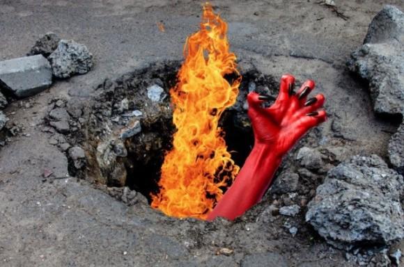 いったい何が?民家の敷地内で地面に穴が開き、そこから炎が噴き出したという謎(アメリカ)