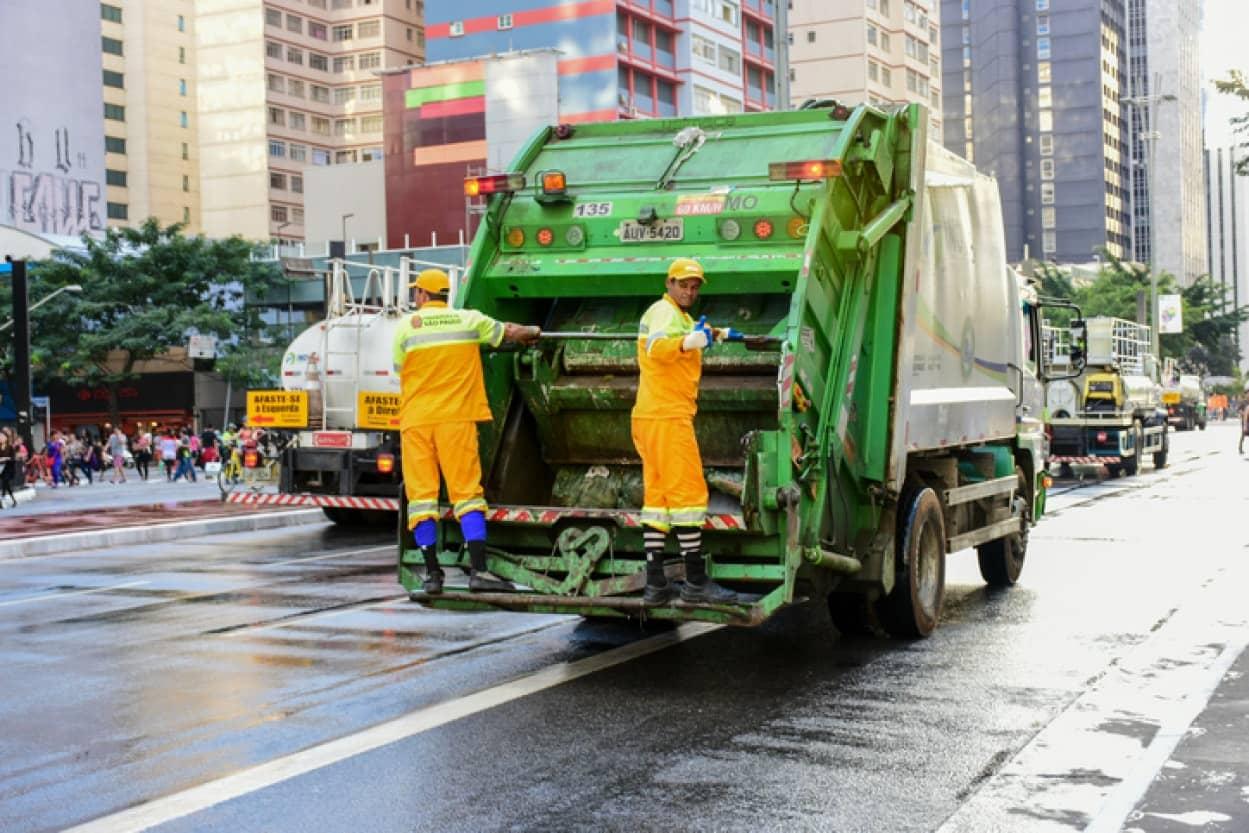 ゴミ袋に捨てられていた猫が清掃員の機転で助かる