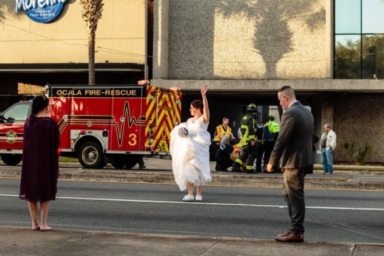 挙式直後にウエディングドレス姿で交通整理する女性警官