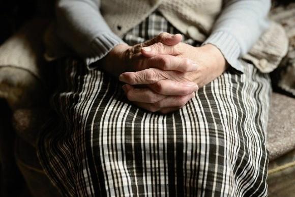 「大丈夫、お母さんは生きているよ」大好きな祖母に13年間やさしい嘘をつき続けた孫娘