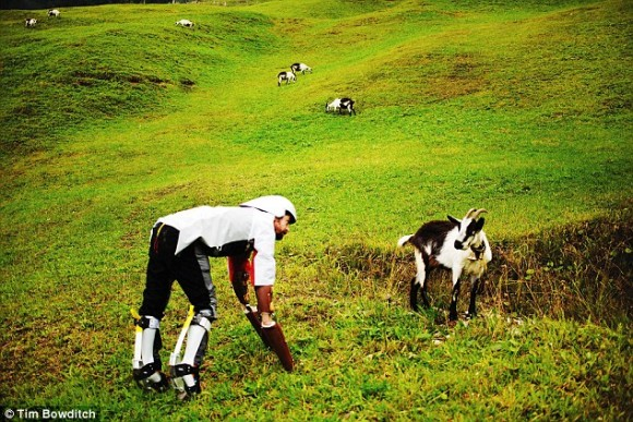 人間社会に嫌気がさし、四足歩行となり草を食べ、ヤギとしてヤギと共に生きる道を選んだ男の物語