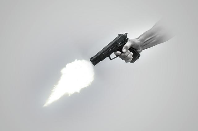 夜中に激しい銃声で目が覚めた女性が緊急通報、でも実は「頭内爆発音症候群」だったことが判明(アメリカ)