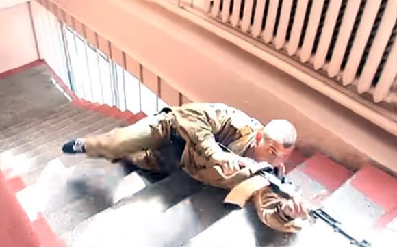 システマだから痛くないのか?ロシアの武術「カドチニコフ・システマ」で階段を滑り降りる訓練
