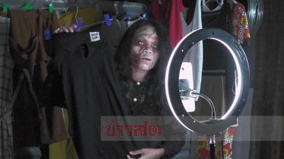 亡くなった人の服をゾンビ姿で販売する女性