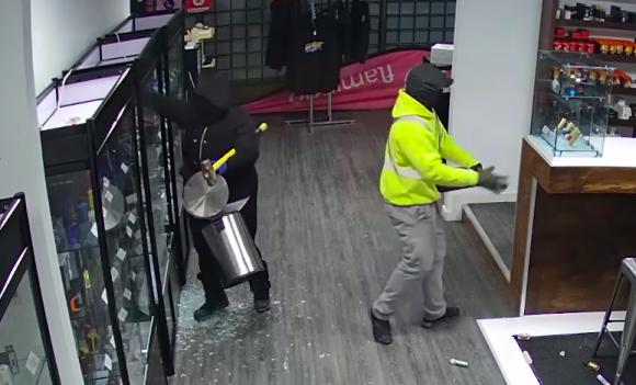 これどんなドタバタコント?二人組泥棒のポンコツすぎる犯行現場が監視カメラ映像にとらえられていた(アメリカ)