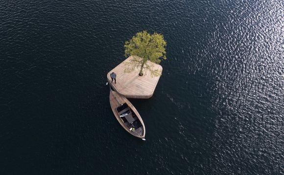コペンハーゲンの港に浮かぶ、一本だけ木が生えたミニ浮島