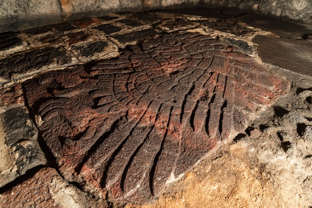 これは見事!アステカ神殿から600年前のイヌワシの彫刻が発見される