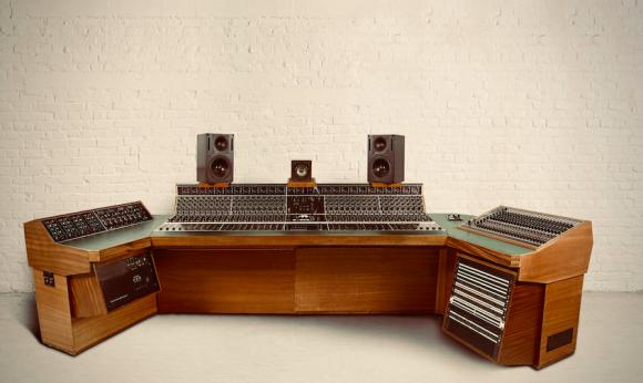レッドツエッペリンの天国への階段に使用された録音用コンソールが競売に
