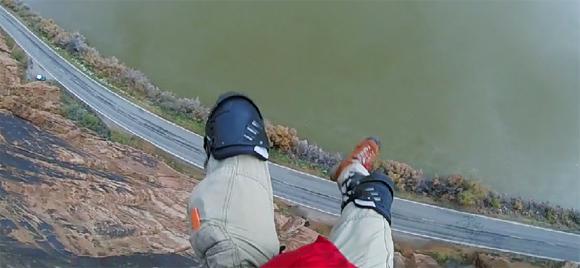 断崖絶壁からのベースジャンプに失敗。その一部始終が高画質で記録されていた。