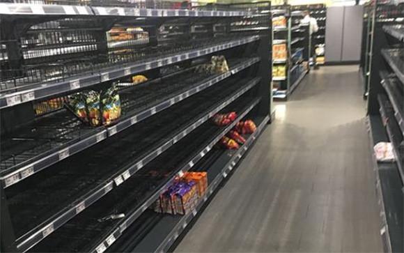 ドイツのスーパーマーケットが人種差別に対するパフォーマンスを展開。その結果店内の棚はほぼ空に。