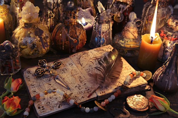 魔女や悪霊を追い払うためか?中世の教会の石に刻まれた謎めいた記号(イギリス)