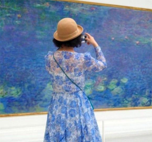 奇跡に出会いたくて。美術館の絵画と調和した見物客を待ち続け、その瞬間を写真に記録するフォトグラファー