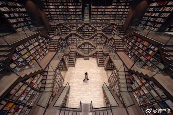 目的の本はどこ?エッシャーの絵画に迷い込んだかのような、異空間を味わえる錯視的書店
