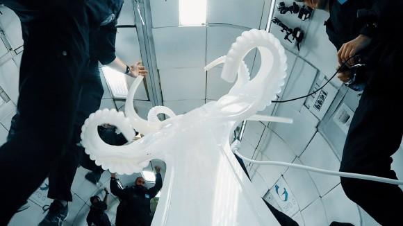 触手のように人体を包み込むように変形する「スペーシャル・フラックス」を無重力で実験