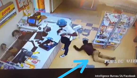 一方南アフリカでは...強盗がお金を奪い取っている最中、そのお金をこっそり盗み取る人物が現れる