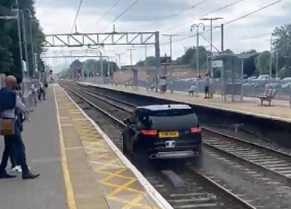 リアルGTAかな?警察官を振り切って逃走した盗難車が線路を暴走(イギリス)