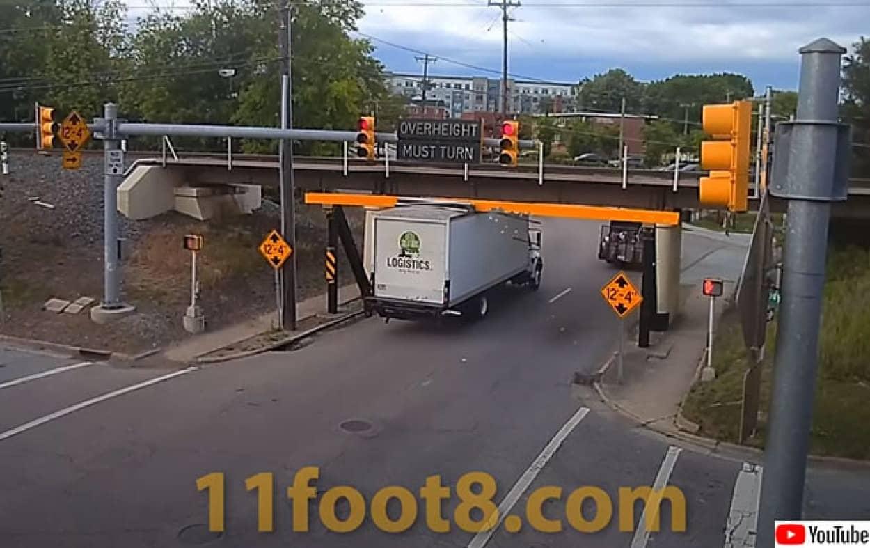 缶切り橋で屋根を薄くスライスされたトラック