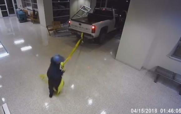 ATMをトラックで牽引し、丸ごと盗もうとした窃盗犯グループ。あまりにも仕事が雑すぎた(アメリカ)