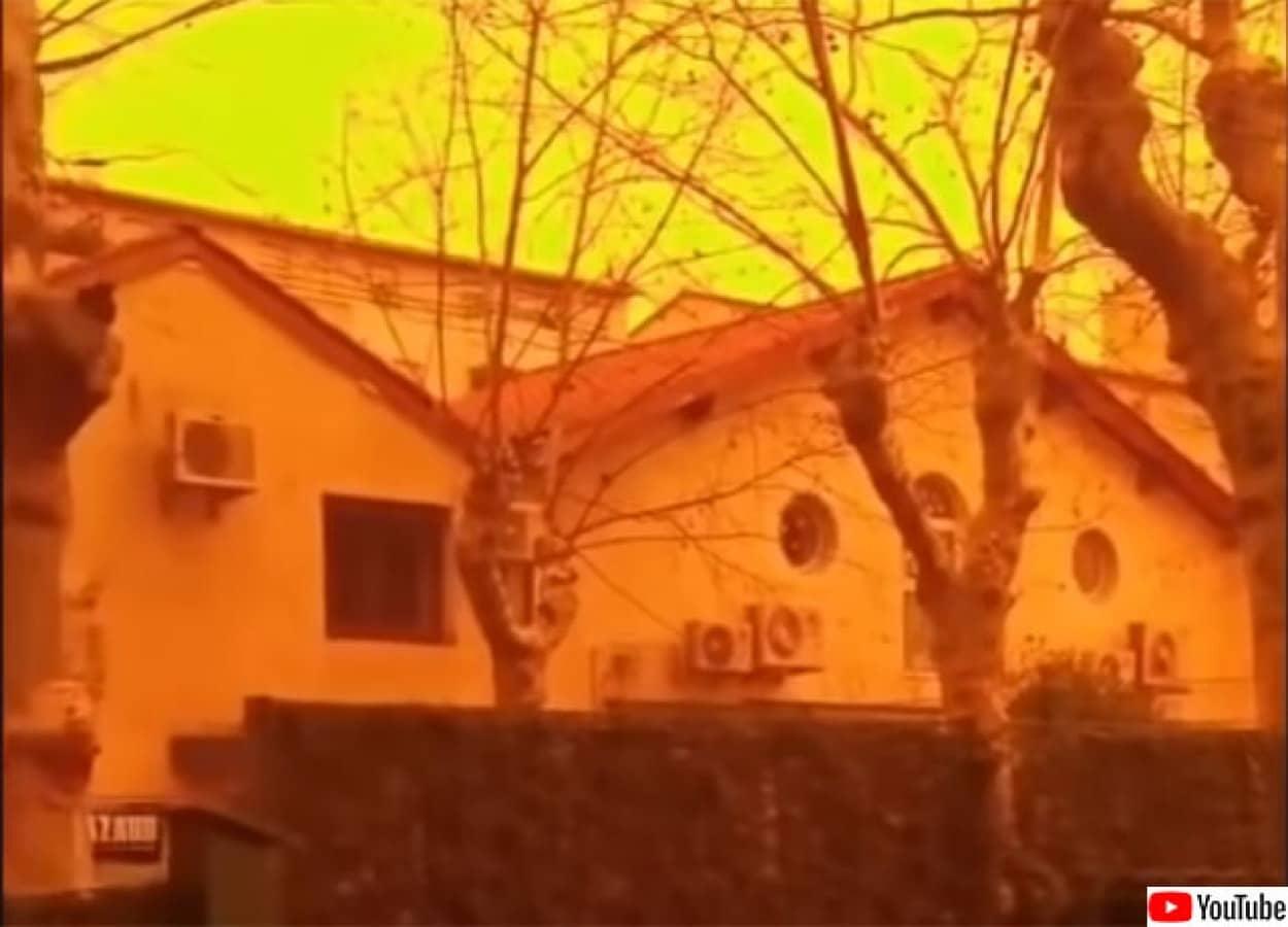 核実験のしっぺ返しを食らうフランス、サハラの砂塵で街が赤く染まる