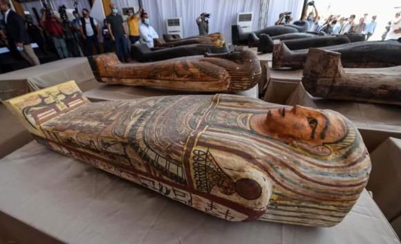 2500年以上前のミイラの木棺が59基発見され、その1つを開封する映像が公開される(エジプト)