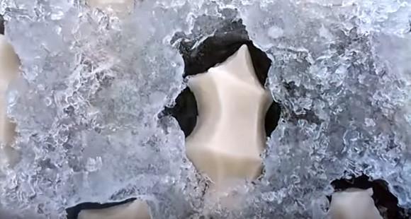 【閲覧注意】凍った池の真ん中に謎の模様ができてたんだが何これ?